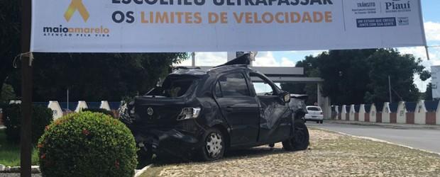 Exposição de carros destruídos em acidentes alerta motoristas